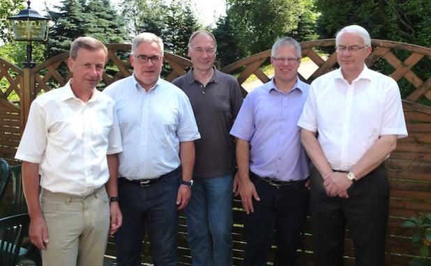 Sie prägten die 25 Jahre Städtepartnerschaft zwischen Olsberg und Jöhstadt (v.li.): Die früheren und amtierenden Bürgermeister Holger Hanzlik, Wolfgang Fischer, Elmar Reuter, Olaf Oettel und Günter Baumann MdB (Foto: Stadt Olsberg).