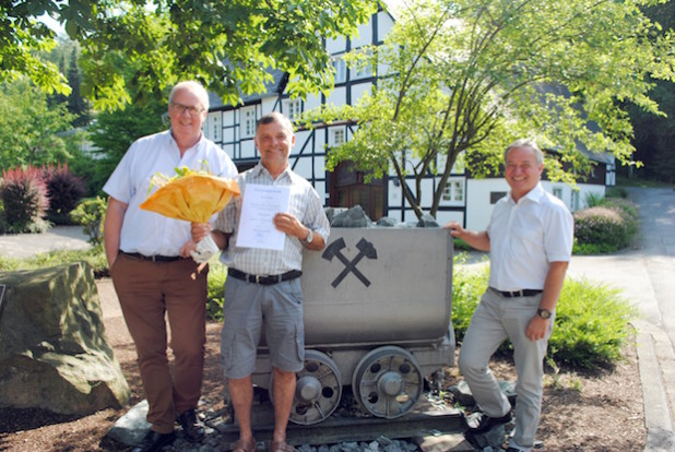 Paul Schüttler (Mitte) ist neuer Ortsvorsteher für Ramsbeck, Berlar, Werdern und Valme. Bürgermeister Ralf Péus (links) überreichte ihm gemeinsam mit seinem Allgemeinen Vertreter Klaus Kohlmann die Ernennungsurkunde (Foto: Gemeinde Bestwig).