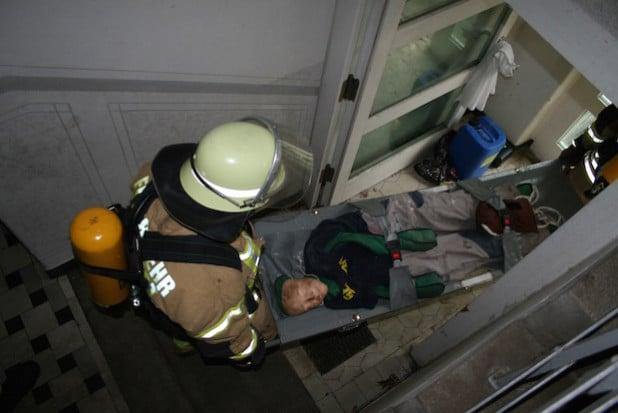 Rettung einer Person (dargestellt durch einen Dummy) über den Treppenraum (Foto: Feuerwehr Lippstadt)