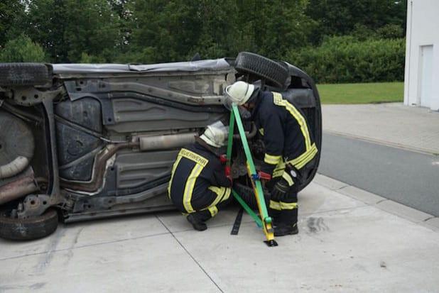 Stabilisierung eines verunfallten Pkw mit Hilfe des Stabfast-Systems (Foto: Feuerwehr Lippstadt)