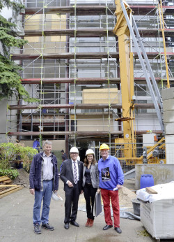 Hermann Noll (KIM), Bürgermeister Dr. Peter Paul Ahrens, Joanna Kurzaj (KIM) und Theaterdirektor Johannes Josef Jostmann (v.l.) - Foto: Stadt Iserlohn.