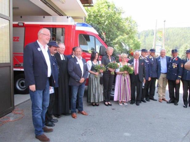 Das Foto zeigt Bürgermeister Walter Kiß (1.v.l.) und seinen Amtskollegen aus dem österreichischen Ferndorf, Bürgermeister Josef Haller (4.v.l.), bei der Löschfahrzeugweihe - Foto: Stadt Kreuztal.