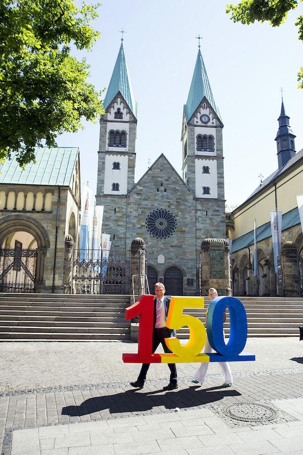 Stadtwerke-Geschäftsführer Jörg Karlikowski und seine Assistentin Anja Fröhlich bereiten sich schon jetzt auf die große Jubiläumsfeier am 15. August vor - Foto: Stadtwerke Werl.