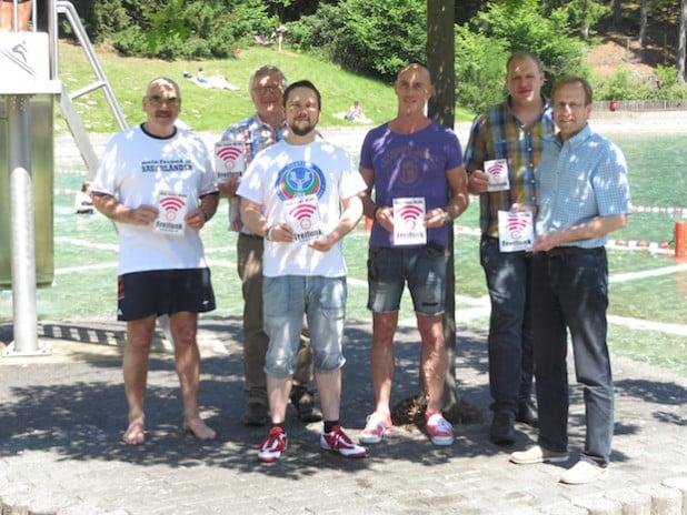 Von links: Norbert van Oyen (Kioskpächter), Wolfgang Pack (Kämmerer), Florian Otto (Freifunk), Dietmar Michel (Schwimmmeister), Matthias Funken (Stadt Brilon) und Dr. Christof Bartsch (Bürgermeister) - Foto: Stadt Brilon.