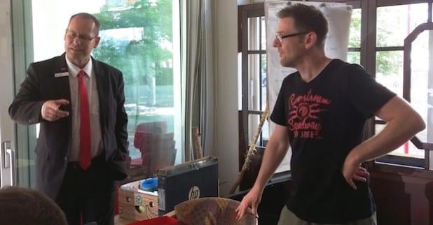 Thomas Vahland (links) und Christian Mogk (rechts) im Gespräch mit den Jugendlichen (Foto: Sparkasse Attendorn-Lennestadt-Kirchhundem).