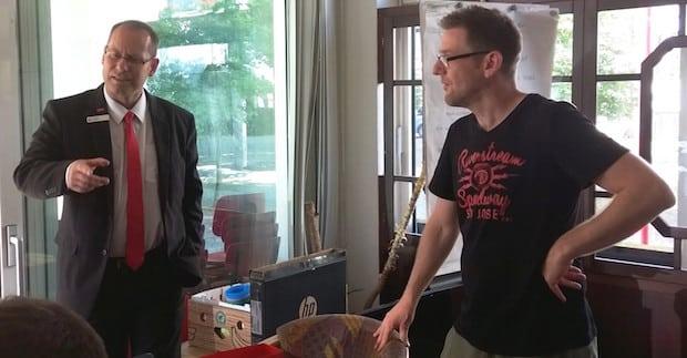 Photo of Ausbildungsleiter der Sparkasse besucht Jugendtreff in Altenhundem