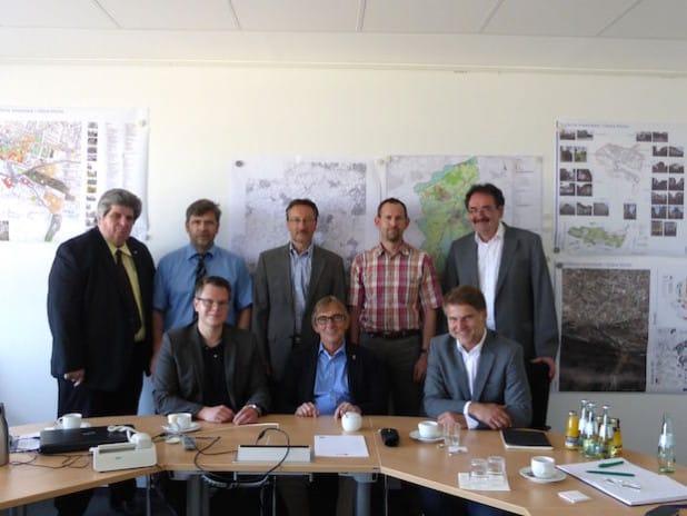 Auftaktgespräch der Wirtschaftsexperten und der Verwaltungsspitze mit dem Gutachter Dominik Geyer vom Büro Dr. Jansen (u. rechts) - Foto: Gesellschaft für Wirtschaftsförderung Iserlohn mbH