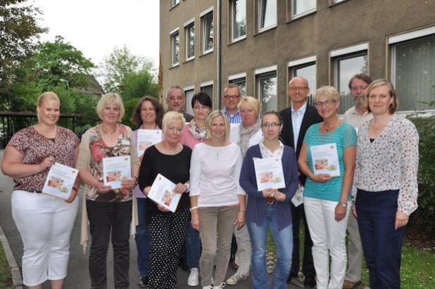 Gemeinsam mit Dörte Wehmüller (rechts vorne) tauschten sich Vertreter der Fachberatungen der freien und kirchlichen Träger von Kindertageseinrichtungen in Lippstadt, sowie Kita-Leitungen und Vertreter des Stadtelternrates aus (Foto: Stadt Lippstadt).