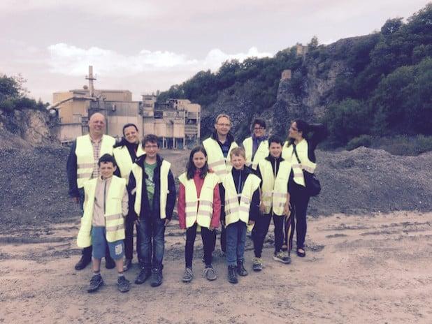 Mit der Belecker Ferienpassaktion ging es für die Kinder, ihre Eltern und Betreuer auf eine ereignisreiche Erkundungstour durch den WESTKALK-Steinbruch in Warstein (Foto: WESTKALK).