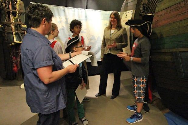 Das Museum Wilnsdorf hatte im Rahmen der Ferienspiele zu einer Schatzsuche eingeladen, auch Bürgermeisterin Christa Schuppler nahm an der kleinen Expedition teil - Foto: Gemeinde Wilnsdorf.