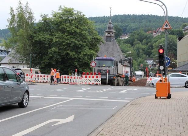 """An der bestehenden Baustelle am Bahnübergang Wassertor in Attendorn kommt es an dem Wochenende 31. Juli bis 2. August 2015 zu einer halbseitigen Sperrung der Straße """"Am Zollstock"""" (Foto: Hansestadt Attendorn)."""