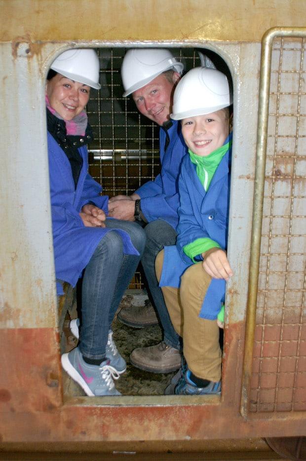 Auch diese Familie aus Iserlohn ließ es sich nicht nehmen, mit der Grubenbahn unter Tage zu fahren (Foto: Gemeinde Bestwig).