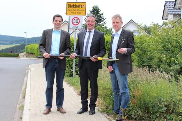 Attendorns Bürgermeister Christian Pospischil (l.), Ralf Engstfeld von der Telekom Deutschland GmbH (m.) sowie Christof Schneider von der Wirtschaftsförderung der Hansestadt Attendorn (r.) freuen sich auf die schnelle Breitbandversorgung in Biekhofen (Foto: Hansestadt Attendorn).