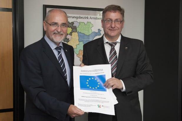 Von links nach rechts: Prof. Dr. Gerd Bollermann, RP, Bürgermeister Paul Wagener (Foto: Bezirksregierung Arnsberg)