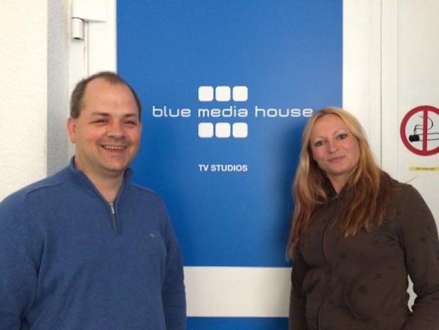 Sabrina Gehrmann (rechts, GF vom blue media house in Oberhausen) und Sven Oliver Rüsche (links, GF vom ARKM Online Verlag in Gummersbach) kooperieren bereits seit längerer Zeit bei zahlreichen Projekten. Nun konnte Azubine Ann-Christin Haselbach ein externes Praktikum in Oberhausen absolvieren.