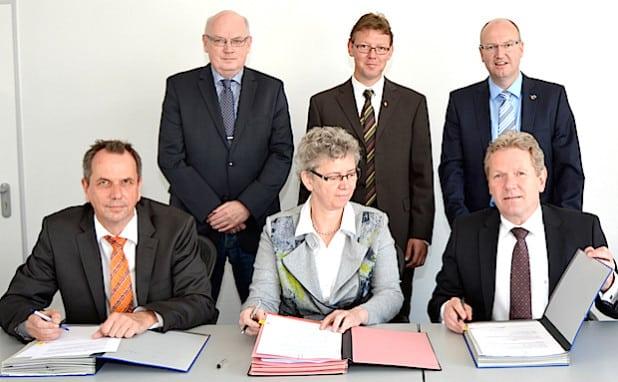 Bei der Vertragsunterzeichnung zur Übernahme des städtischen Stromnetzes: (v.l.n.r.) Hans-Joachim Dunkel (Verhandlungsführer RWE Deutschland AG), Hans Peter-Klein (Aufsichtsratsvorsitzender EVI), Monika Otten (Geschäftsführerin Stadtwerke Hemer), Heiko Lingenberg (Aufsichtsratsvorsitzender Stadtwerke Hemer), Michael Esken (Bürgermeister Hemer) und Dr. Joachim Schneider (Vorstand RWE Deutschland AG) - Foto: Stadtwerke Hemer.