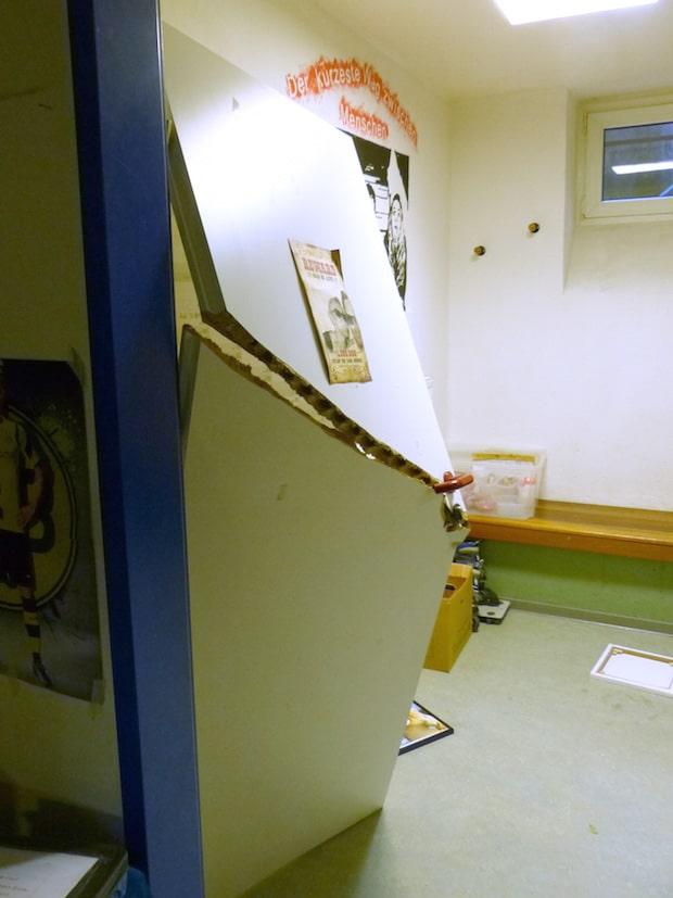 Mit brachialer Gewalt wurde eine Innentür eingetreten (Foto: Kreispolizeibehörde Soest).