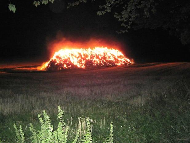 Die Feuerwehr ließ die Strohballen kontrolliert abbrennen (Foto: Kreispolizeibehörde Soest).