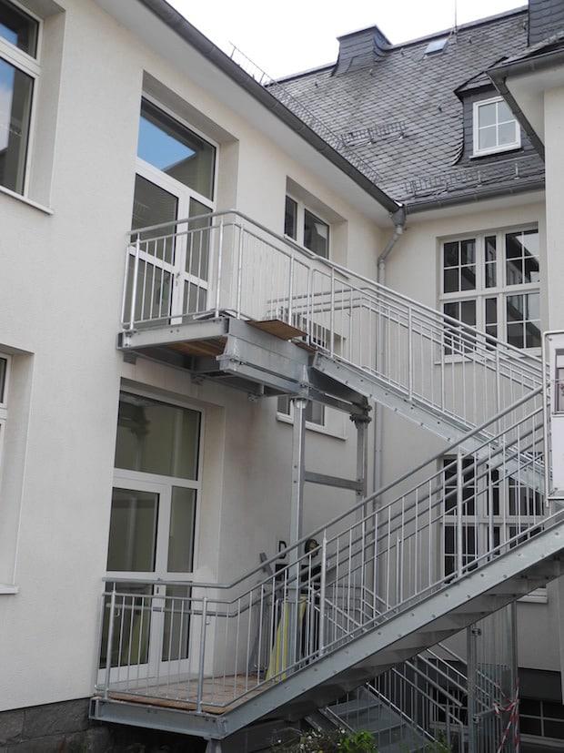 Der Altbau der Grundschule Burbach verfügt jetzt über einen zweiten Fluchtweg mit dem Anbau einer Fluchttreppe (Foto: Gemeinde Burbach).
