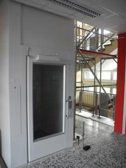 Im Rahmen der Inklusion wurde in den Sommerferien ein neuer Personenaufzug im Gebäudekomplex 1 der Gemeinschaftsschule installiert (Foto: Gemeinde Burbach).