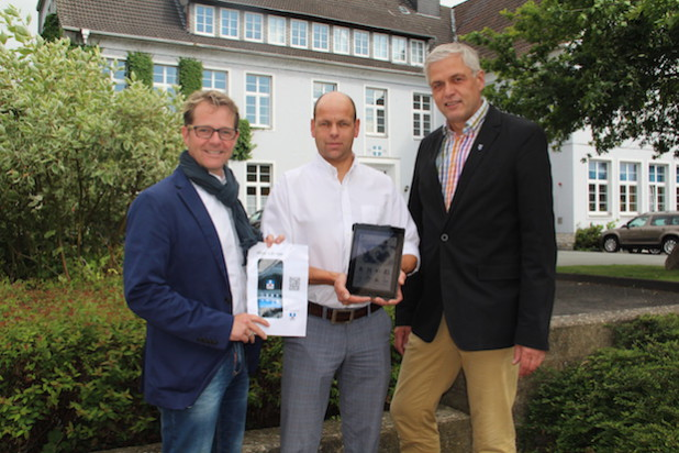 (v.l.): Ralph Vollmer und Dirk Gundlach (beide GVG Media Group) präsentierten Hermann-Josef Wulf (Allgemeiner Vertreter des Bürgermeisters) die neue App. - Quelle: Stadt Geseke