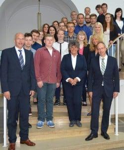 LWL-Direktor Matthias Löb (r.) und der LWL-Personaldezernent und Erste Landesrat Dr. Georg Lunemann (l.) begrüßten in Münster die 22 neuen Auszubildenden des LWL. Foto: LWL
