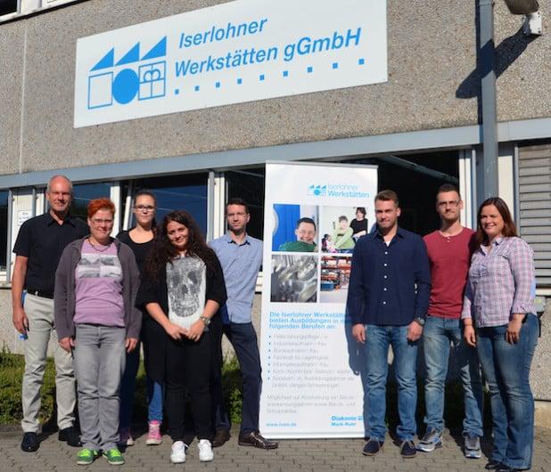 Martin Ossenberg (links), Claudia Salterberg (rechts) und Sebastian Hül-le (fünfter von links) haben die neuen Auszubildenden der Iserlohner Werkstätten begrüßt und das Unternehmen vorgestellt. - Quelle: Diakonie Mark-Ruhr gemeinnützige GmbH