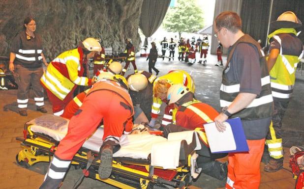 Überall in der Balver Höhle lagen die Verletzten (Foto: Hendrik Klein/Märkischer Kreis).