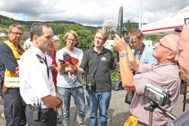 Balves Wehrleiter Frank Busche und der stellv. Kreisbrandmeister Michael Kling (links) geben Medienvertretern Auskunft (Foto: Hendrik Klein/Märkischer Kreis).