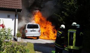 PKW-Brand direkt an einer Hauswand