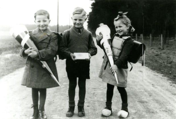 Nebeneinander von verschiedenen Einschulungsgeschenken, Borken-Rhedebrügge 1953. Foto: VoKo-Archiv