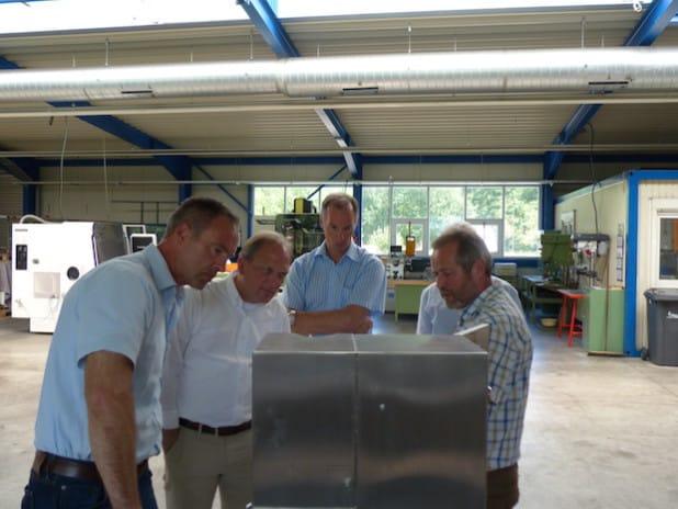 Rolf Schütt (vorne rechts) zeigt Jochen Ritter, Lothar Sabisch (Kreistagsmitglied aus Oberveischede) und Matthias Heider seine Produkte. (verdeckt: Lothar Epe) - Quelle: Dr. Matthias Heider MdB