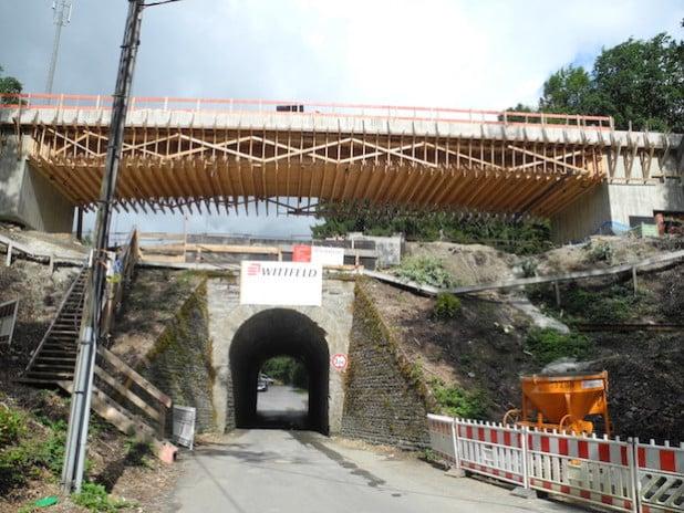 Das Bauvorhaben an der Eisenbahnüberführung in Holzhausen liegt ganz im Zeitplan. Schon im ersten Quartal 2016 soll ein Begegnungsverkehr für LKW möglich sein (Foto: Gemeinde Burbach).