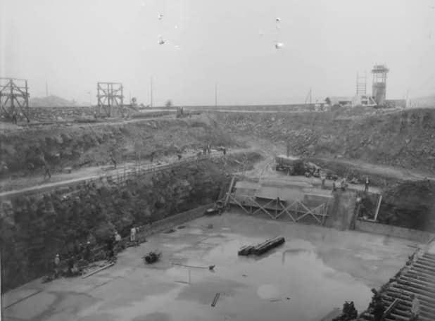 """Herbst/Winter 1955: Die frisch gegossene Bodenplatte des Bunkers """"August"""" in Auenhausen circa 20 Meter unterhalb der Grasnarbe. Bild: Michael Rush"""