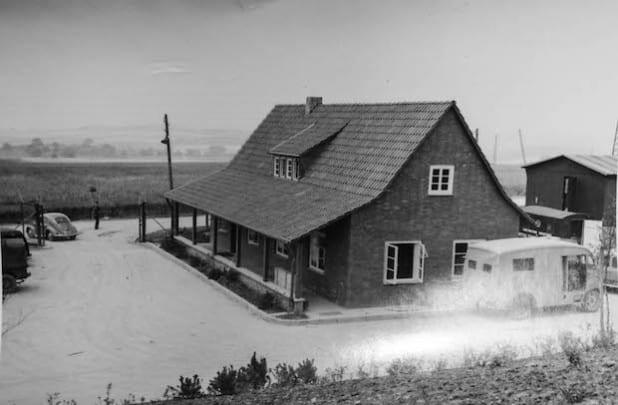 """Sommer 1957: """"Zur Irreführung der Sowjetischen Aufklärung wurde das Eingangsgebäude einem Deutschen Bauernhaus nachempfunden"""", berichtete Rush und ergänzte, """"aber entworfen wurde es London!"""" Bild: Michael Rush"""
