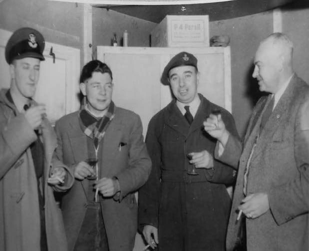 Sommer 1957: (v. l.) Flying Officer Michael Rush (RAF), Site Engineer Strabag (Main German Contractor), der Name ist leider unbekannt, Warrant Officer Grice (RAF) und der Dolmetscher, Herr Koch. - Bild: Michael Rush