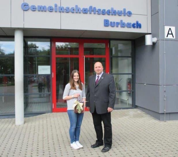 Fachbereichsleiter Jochen Becker verabschiedete Laura Fey von der Gemeinschaftsschule Burbach nach der Ableistung ihres Bundesfreiwilligendienstes. Quelle: GEMEINDE BURBACH
