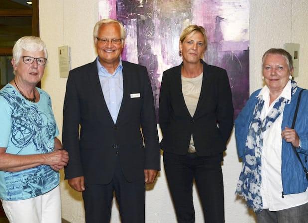 Kreisdirektor Dirk Lönnecke (2. v. l.) begrüßte die Künstlerinnen (v. l.) Christine Schulze Forsthövel, Pia Schnettler (beide Soest) sowie Barbara Padberg (Lippetal) und eröffnete die 16. Gemeinschaftsausstellung für Hobby- und Nachwuchskünstler im Kreishausfoyer (Foto: Franca Großevollmer/Kreis Soest).