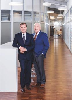 Was Firmengründer Aloys Mennekes 1935 begann, führen Walter Mennekes und sein Sohn Christopher heute gemeinsam fort (Foto: Mennekes Elektrotechnik GmbH & Co. KG).