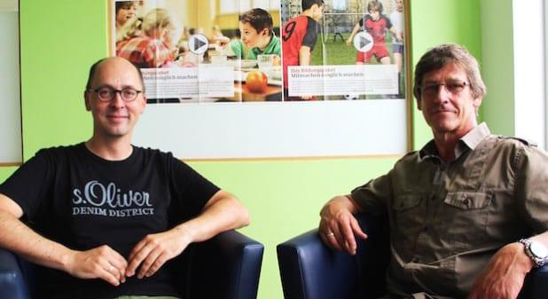 Die beiden Schulsozialarbeiter Frank Hunold (l.) und Udo Hackl informieren interessierte Schüler und Eltern gerne zu möglichen Förderungen durch das Bildungs- und Teilhabepaket (Foto: Stadt Geseke).