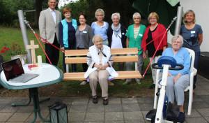 Senioren freuen sich über Schaukel, Fitnessgerät und Laptop