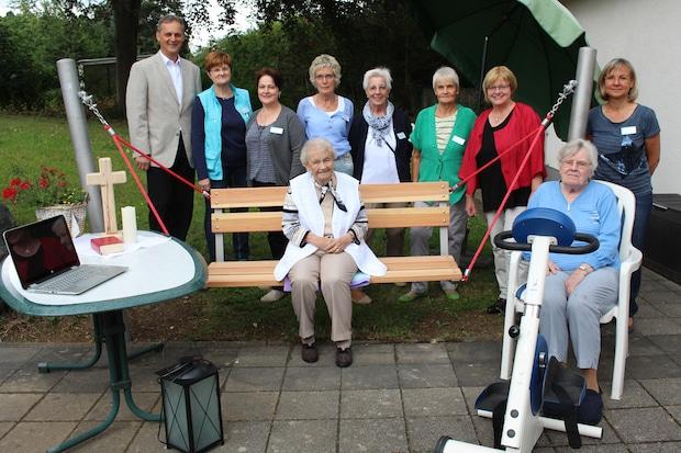 Photo of Senioren freuen sich über Schaukel, Fitnessgerät und Laptop