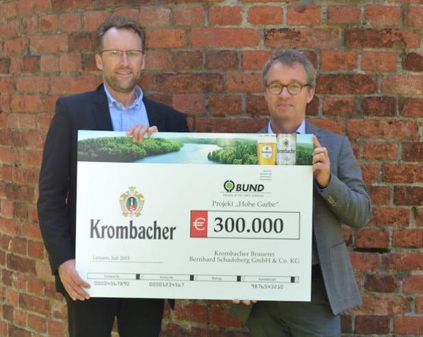 v.l.n.r. Wolfgang Schötz (Leiter Vertriebsmarketing der Krombacher Brauerei) übergibt den symbolischen Spendenscheck in Höhe von 300.000 Euro an Olaf Bandt, Bundesgeschäftsführer des BUND - Quelle:  Krombacher Brauerei Bernhard Schadeberg GmbH & Co. KG