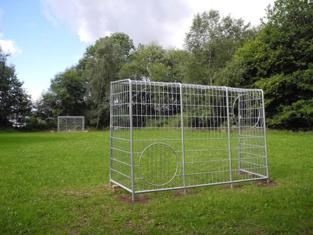 Dank der zwei neuen Fußballtore kann auf dem Bolzplatz in Lippe wieder Fußball gespielt werden. - Quelle: GEMEINDE BURBACH