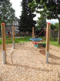 Der neue Adlerhorst auf dem Spielplatz in Holzhausen kann ab sofort erklettert werden. - Quelle: Gemeinde Burbach