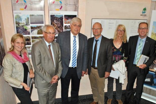 Ein positives Regionale-Fazit zogen Bürgermeister Uli Hess und Landrat Dr. Karl Schneider (3.u.2.v.li.) beim Besuch von Staatssekretär Michael von der Mühlen (3.v.re.) in Meschede (Foto: Stadt Meschede).