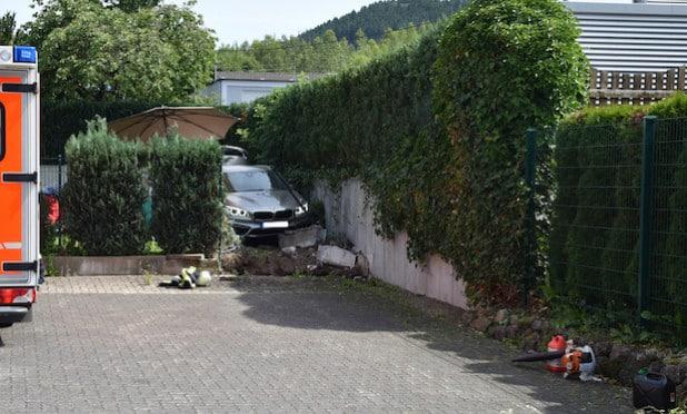 Erst nach etwa 80 Metern kam das Fahrzeug in einem Vorgarten zum stehen - Quelle: Feuerwehr Lennestadt