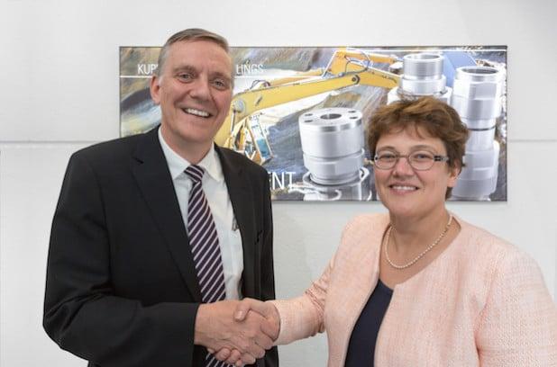 Knut Menshen (Geschäftsführender Gesellschafter der Stauff Gruppe) mit Claudia Voswinkel-Schöpp (Vorsitzende der Geschäftsleitung von Voswinkel) - Foto: STAUFF/VOSWINKEL