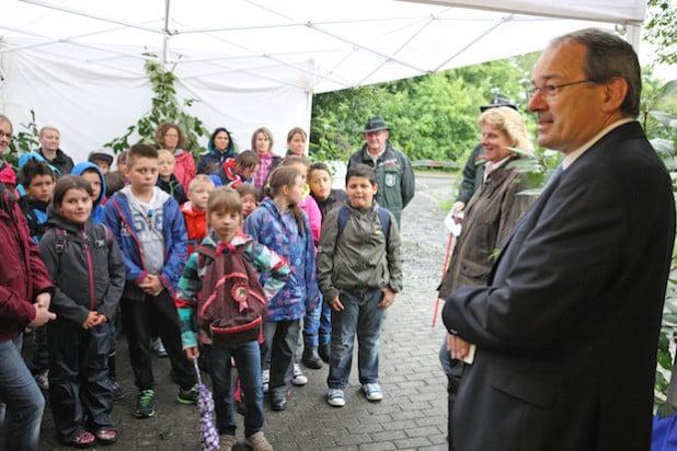 Schirmherr Landrat Thomas Gemke (rechts) eröffnete bei strömendem Regen die diesjährigen Waldjugendspiele (Foto: Hendrik Klein/Märkischer Kreis).