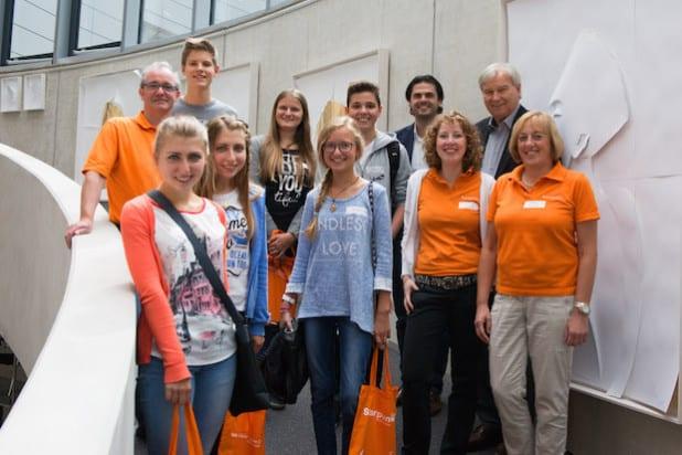 Die Teilnehmer freuen sich zusammen mit den Veranstaltern sowie Florian und Manfred Leipold über den informativen Besuch. (Foto: FIUMU.de)